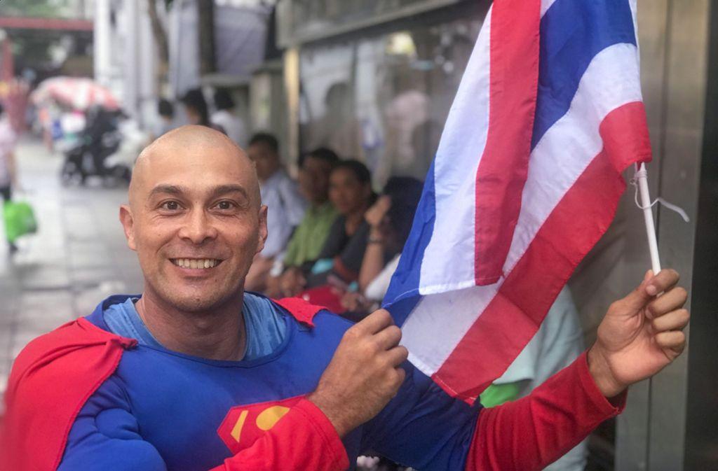 """David Pfizenmaier aus Waiblingen ist als """"Superman"""" auf Wahlmission in Thailand unterwegs. Foto: dpa"""