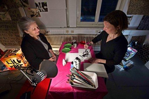 Kerstin Schaefer (rechts) fertigte Kalligrafien zum Mitnehmen an. Foto: Michael Steinert