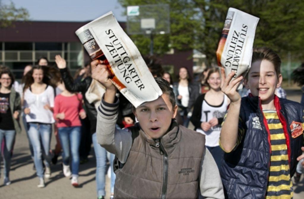 Auch an der Riegelhof Realschule in Ostfildern-Nellingen lesen die Achtklässler sechs Wochen lang die StZ. Foto: Horst Rudel