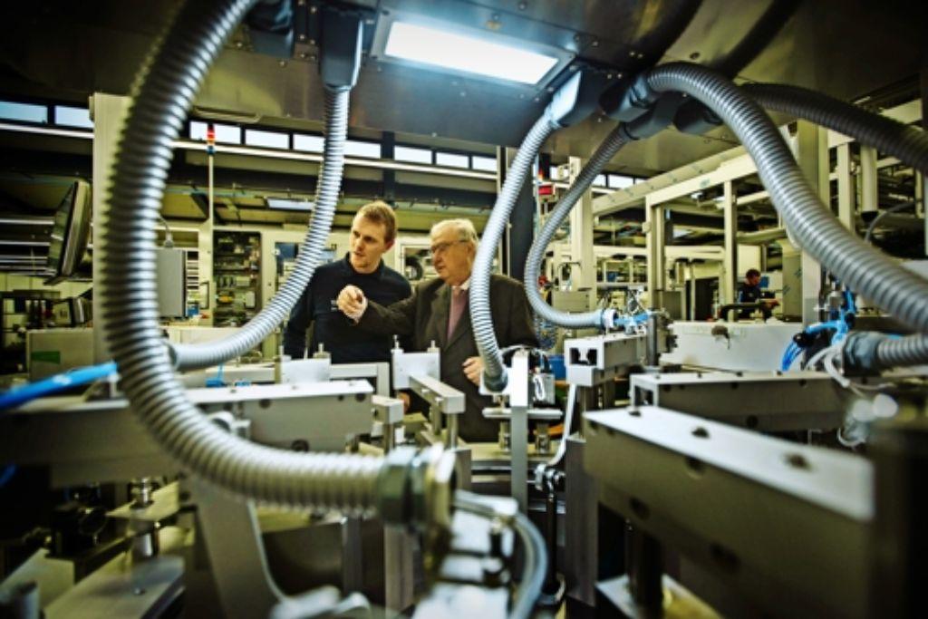 Der Firmengründer Harro Höfliger (rechts) und  sein Mitarbeiter Nummer 1000, Dominik Köppen Foto: Gottfried Stoppel
