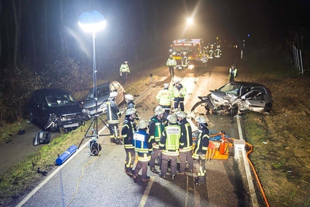 Bei einem schweren Unfall nahe Besigheim im Kreis Ludwigsburg ist am Montagabend eine 72 Jahre alte Autofahrerin ums Leben gekommen. Foto: www.7aktuell.de | Adomat/Specht