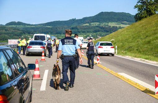 Getunte Autos und betrunkene Fahrer – Polizei führt Großkontrolle durch