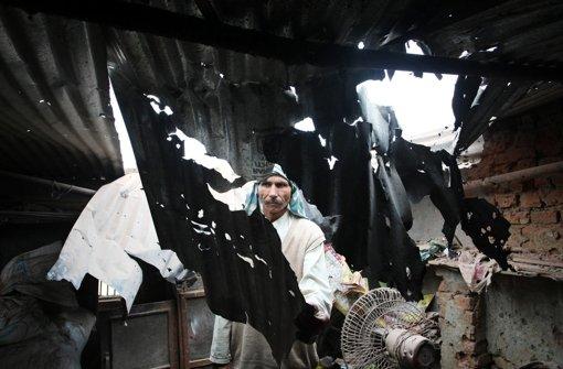 Die Kämpfe zwischen Indien und Pakistan um die Region Kaschmir brechen wieder aus. DIeses Bild vom Samstag zeigt die beschädigte Hütte eines indischen Dorfbewohners in Grenznähe nach pakistanischem Bombardement. Foto: EPA