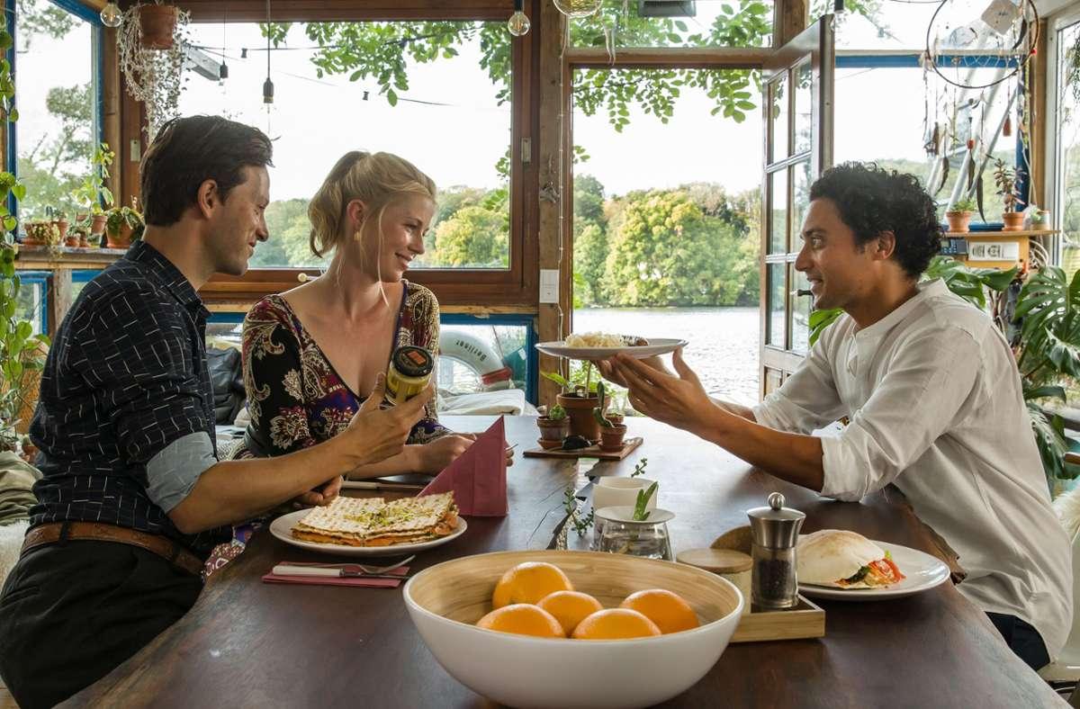 Die beiden Freunde Noah (Franz Dinda, links) und Hakim (Omar El-Saeidi) wollen Charlotte (Christine Eixenberger) beeindrucken. Foto: ZDF/Daniela Incoronato