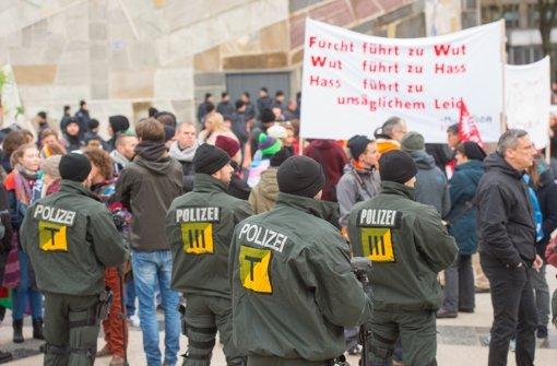 Im Vorfeld des Kongresses der Bildungsplangegner ist eine Kundgebung gegen die Veranstaltung organisiert worden. Foto: Martin Stollberg