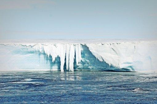 Schmelzwasserfall am Rand des antarktischen Eisschilds Foto: AWI