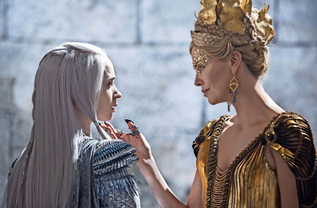 "Emily Blunt (links) und Charlize Theron in ""The Huntsman & The Ice Queen"" Foto: Universal"