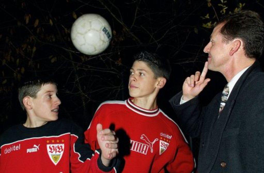 Mit 13 Jahren wechselte der in Villingen-Schwennigen geborene Sebastian Rudy (links) im Sommer 2003 - hier ein Foto aus dem Jahr mit seinem Bruder Florian und seinem Vater Claude - zum VfB Stuttgart. Zuvor war er für den FC Dietingen und den SV Zimmern am Ball. Sein erstes Spiel für die VfB-Männer machte der Mittelfeldspieler am 30. November 2007: Mit dem VfB II verlor er in der Regionalliga beim SV Elversberg mit 0:2. Anschließend wurden die Bühnen seiner Auftritte ... Foto: baumann