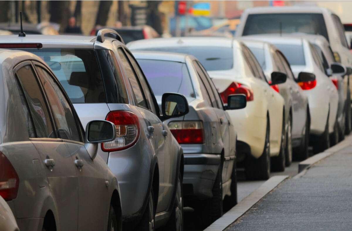 Was ist beim Dauerparken erlaubt? So lange können Sie Ihr Auto / Anhänger / Wohnwagen parken. Foto: kiroveg / Shutterstock.com
