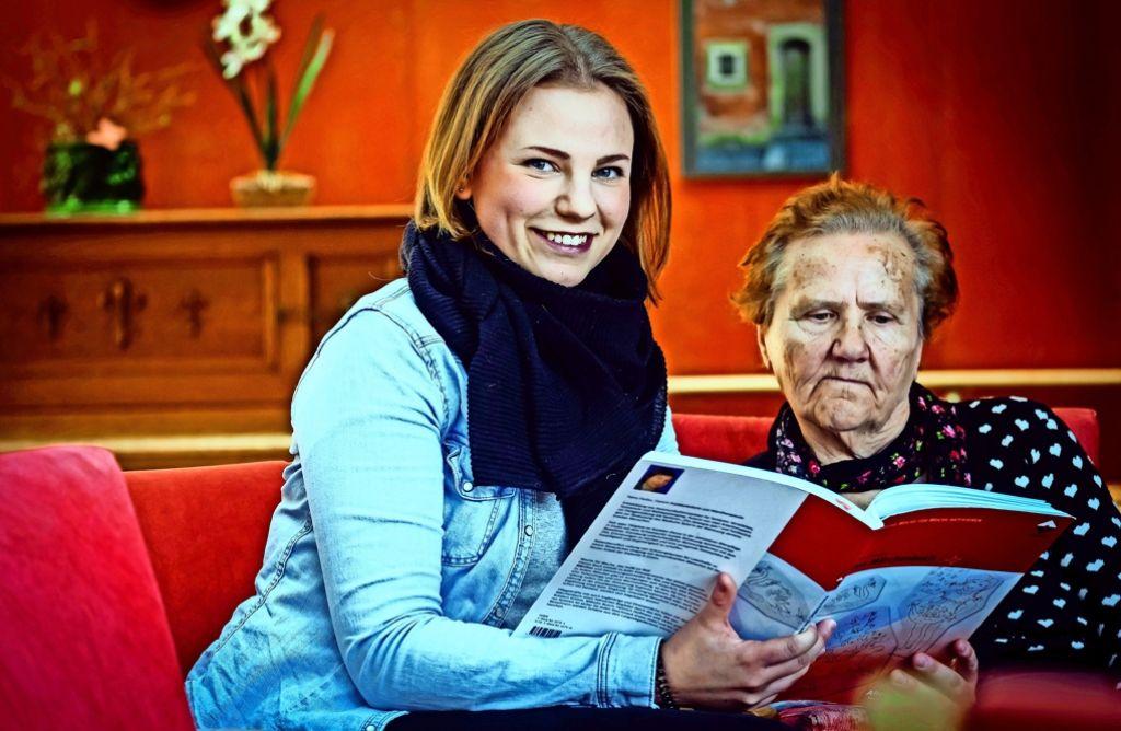 Julia Schäuble mag die Gäste im Gradmann-Haus, und die demenziell erkrankten Gäste mögen die junge Frau. Foto:Lichtgut/Achim Zweygarth Foto: