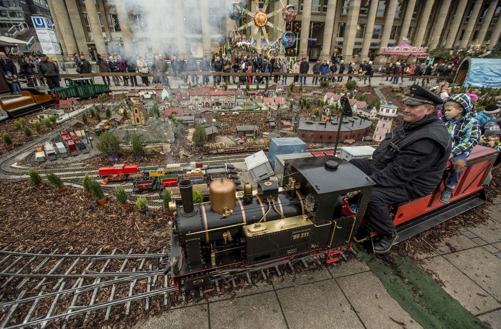 Noch ein Grund für Weihnachten in Stuttgart: Die kleine Dampfeisenbahn auf dem Weihnachtsmarkt. Foto: Lichtgut/Leif Piechowski