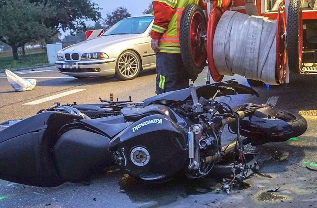 Die Maschine eines Motorradfahrers liegt nach einem schweren Unfall auf der B464. Foto: SDMG