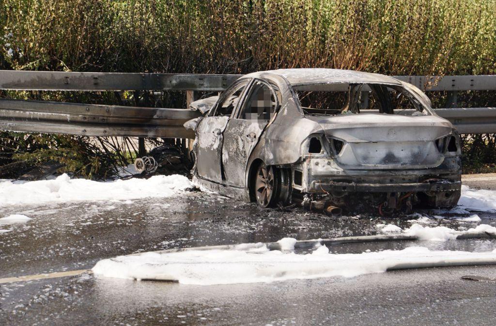 Ob das Auto zunächst Feuer gefangen hatte oder durch denAufprall in Brand geriet, war zunächst unklar. Foto: SDMG