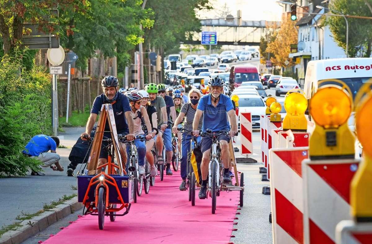 Mit rotem Fils haben die Radler einen Pop-up-Radweg markiert. Foto: factum/Simon Granville