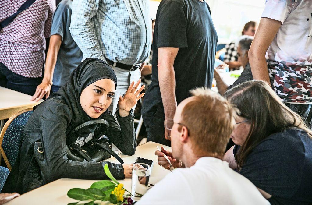 Beim gemeinsamen Speisen und den Gesprächen, die sich dabei ergeben, bewegen sich  Menschen aufeinander zu. Foto: Horst Rudel