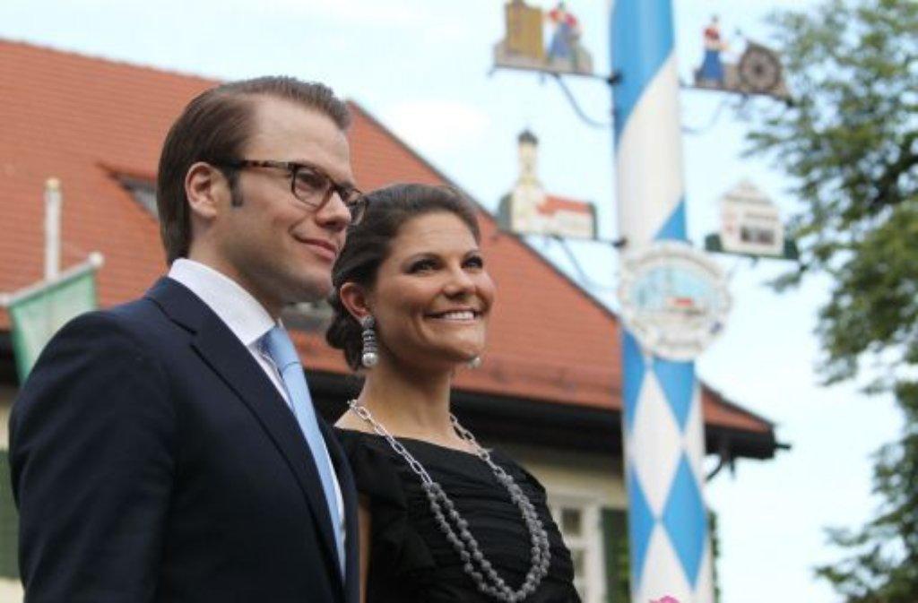 Das schwedische Kronprinzenpaar Victoria und Daniel lächeln in einen weiß-blauen Münchener Maienhimmel. Foto: dpa