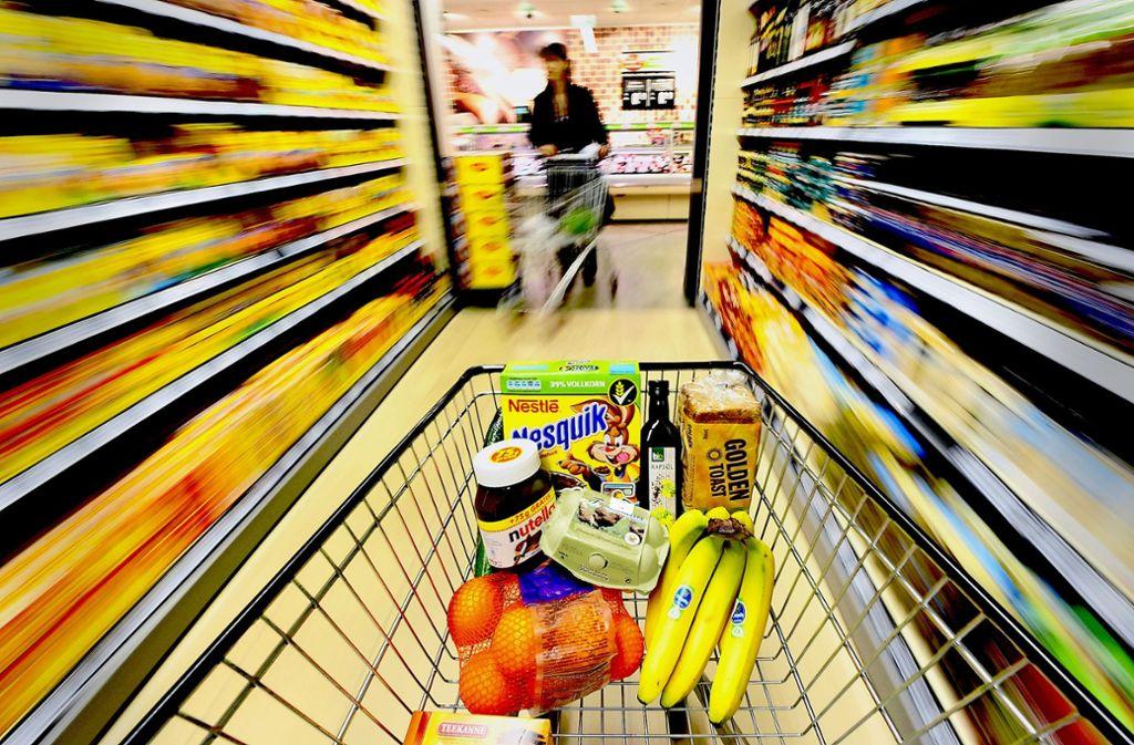 Nimmt ein Händler das Produkt eines Markenherstellers aus dem Regal, setzt er diesen zwar unter Druck, riskiert aber auch, dass der Kunde woanders einkaufen geht. Foto: dpa