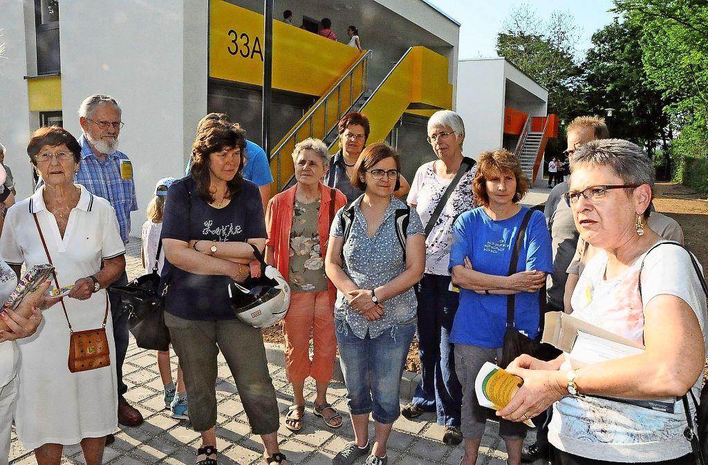 Bezirksvorsteherin Renate Polinski (rechts) spricht mit Besuchern  über den bevorstehenden Einzug der Flüchtlinge in die Gemeinschaftsunterkunft Burgholzstraße. Foto: Georg Linsenmann