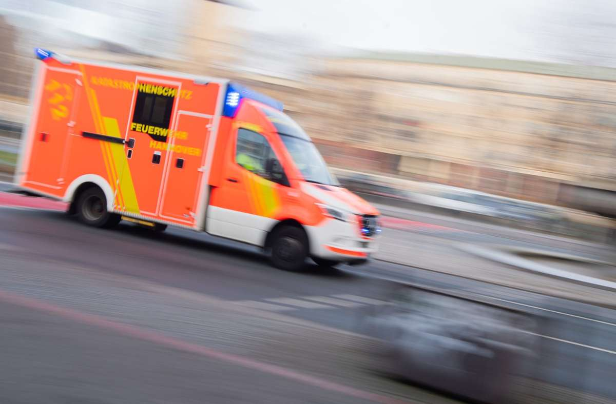 Die Polizei musste einen renitenten Mann in Ludwigsburg ins Krankenhaus begleiten. Foto: picture alliance/dpa/Julian Stratenschulte