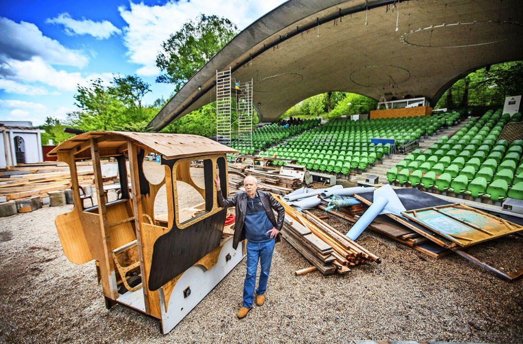 Der Theatervorstand  Klaus Herzog neben der dampflosen Grötzinger  Lok Foto: Ines Rudel