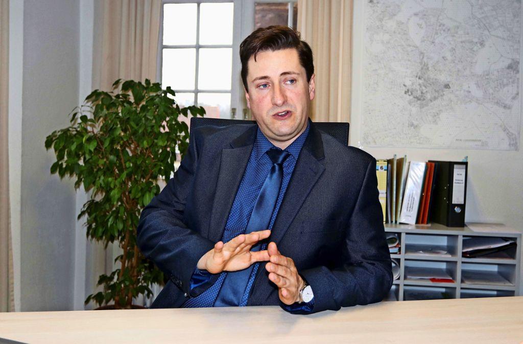 Andor Varszegi hat viele Themen auf dem Schreibtisch. Foto: Andreas Gorr