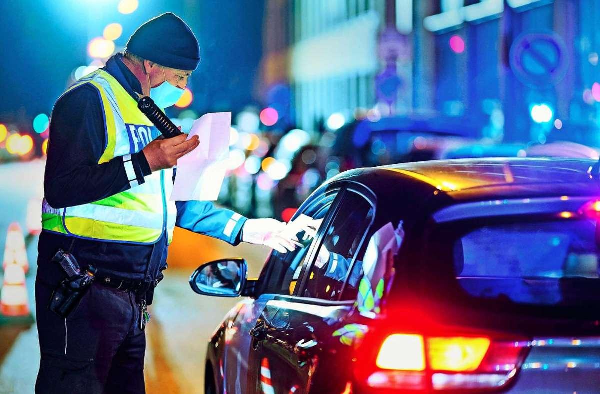 Polizeikontrolle: Gibt es einen triftigen Grund zum Draußensein? Foto: dpa/Uwe Anspach