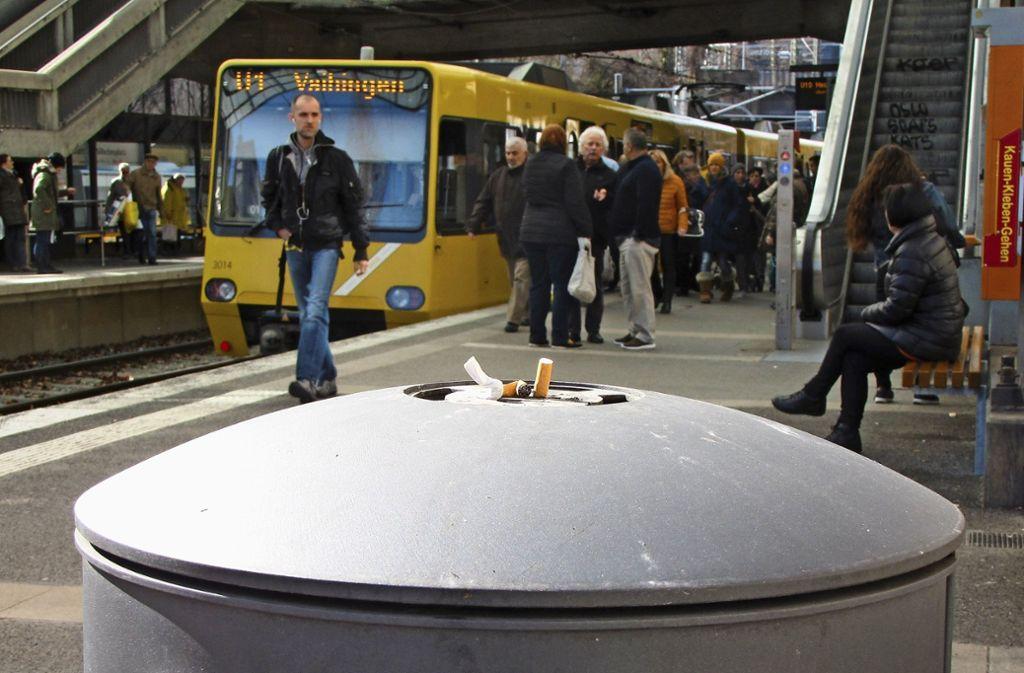 Die SSB hat an vielen ihrer Haltestellen  Mülleimer mit Aschenbechern. Am Wilhelmsplatz eine lohnenswerte Anschaffung. Foto: