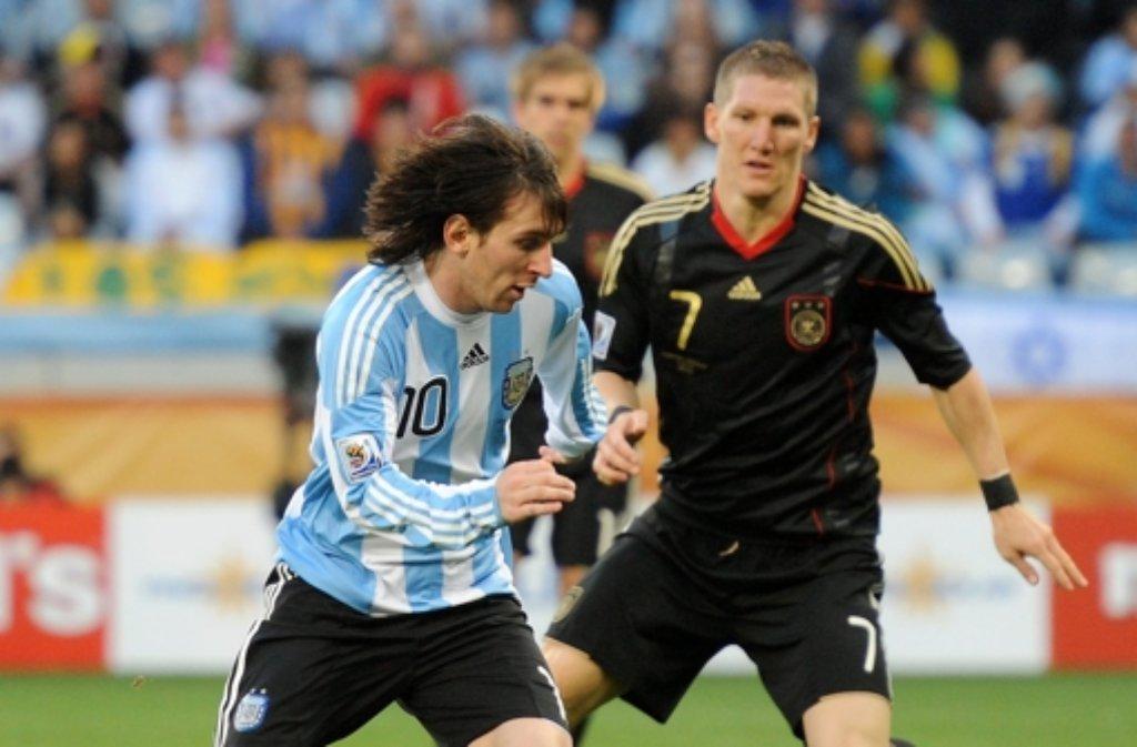 Im Viertelfinale der WM 2010 hatten sie das letzte Mal miteinder zu tun: Bastian Schweinsteiger (rechts) und Lionel Messi. Deutschalnd gewann die Partie damals mit 4:0. Gegen dieses Erfebnis hätten die deutschen Fans am Sonntag sicher nichts einzuwenden. Foto: dpa