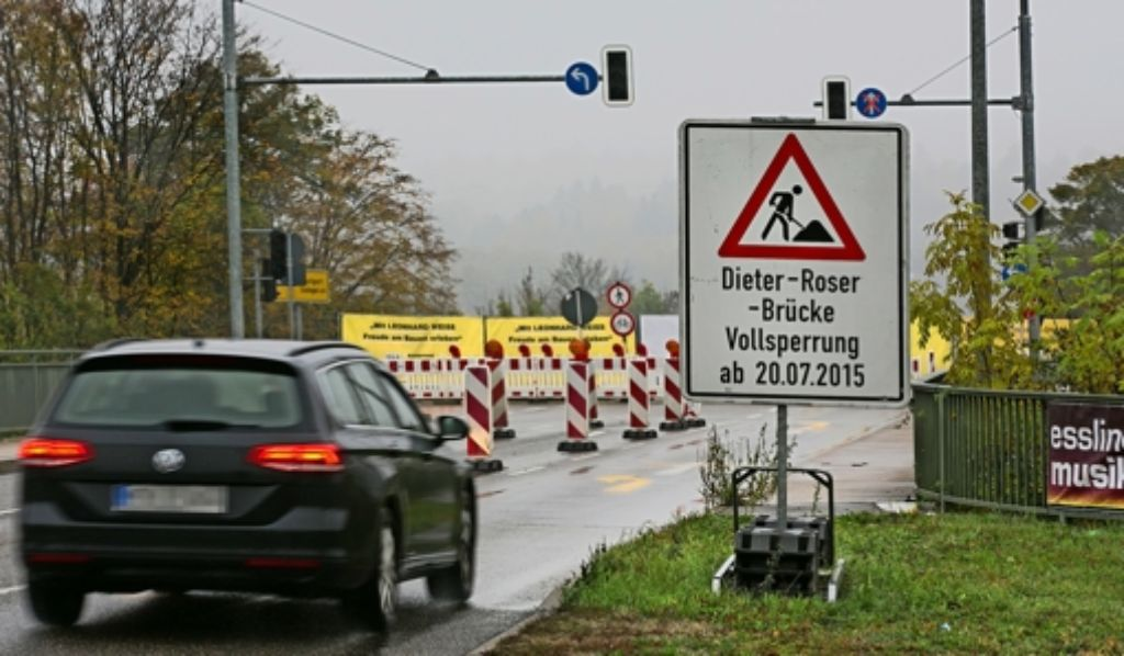 Seit mittlerweile  drei Monaten stauen sich die Pendler jeden Morgen und jeden Abend im Berufsverkehr rund um die Dieter-Roser-Brücke. Foto: Horst Rudel