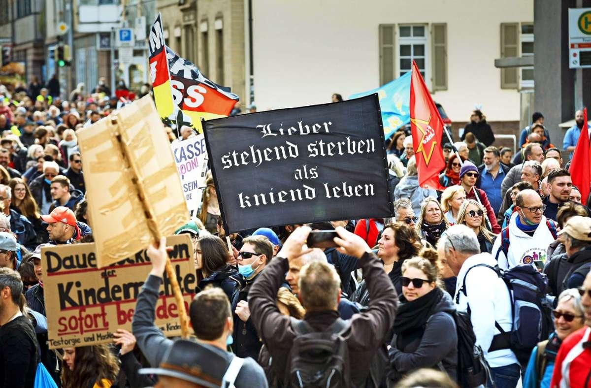 Heftige Parolen, blanke Gesichter – die Demo am Karsamstag in Stuttgart. Foto: Lichtgut/Julian Rettig