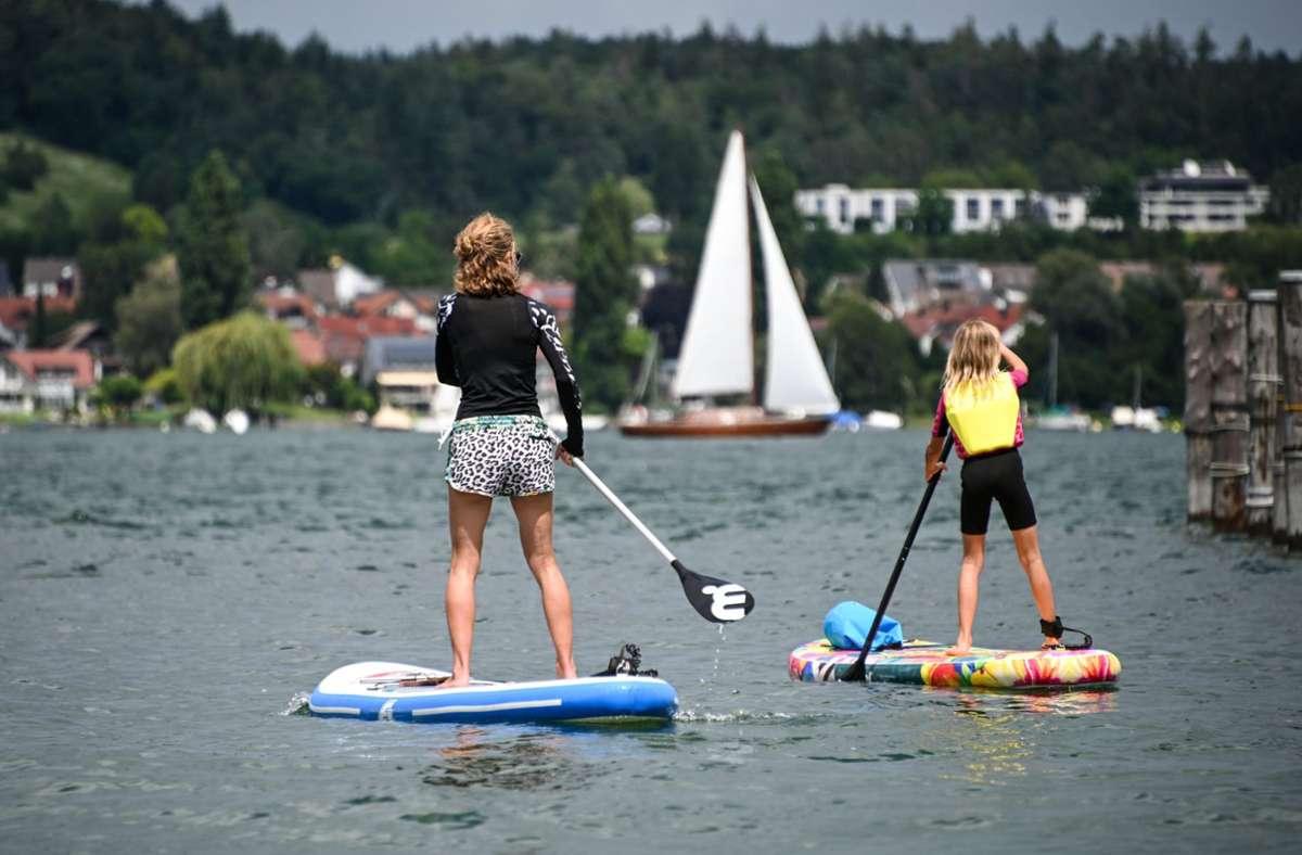 Dutzende gingen mit ihren Brettern am Bodensee aufs Wasser (Archivbild). Foto: dpa/Felix Kästle