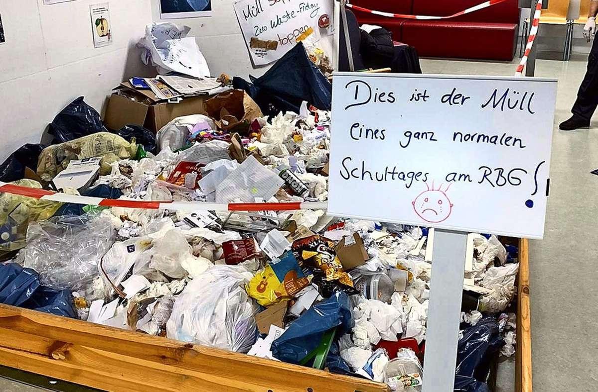 An einem ganz normalen Schultag hat die Nachhaltigkeitsgruppe 20 Säcke mit dem Müll eines Schultags gefüllt. Der Abfall wurde im Foyer ausgestellt. Foto: oh