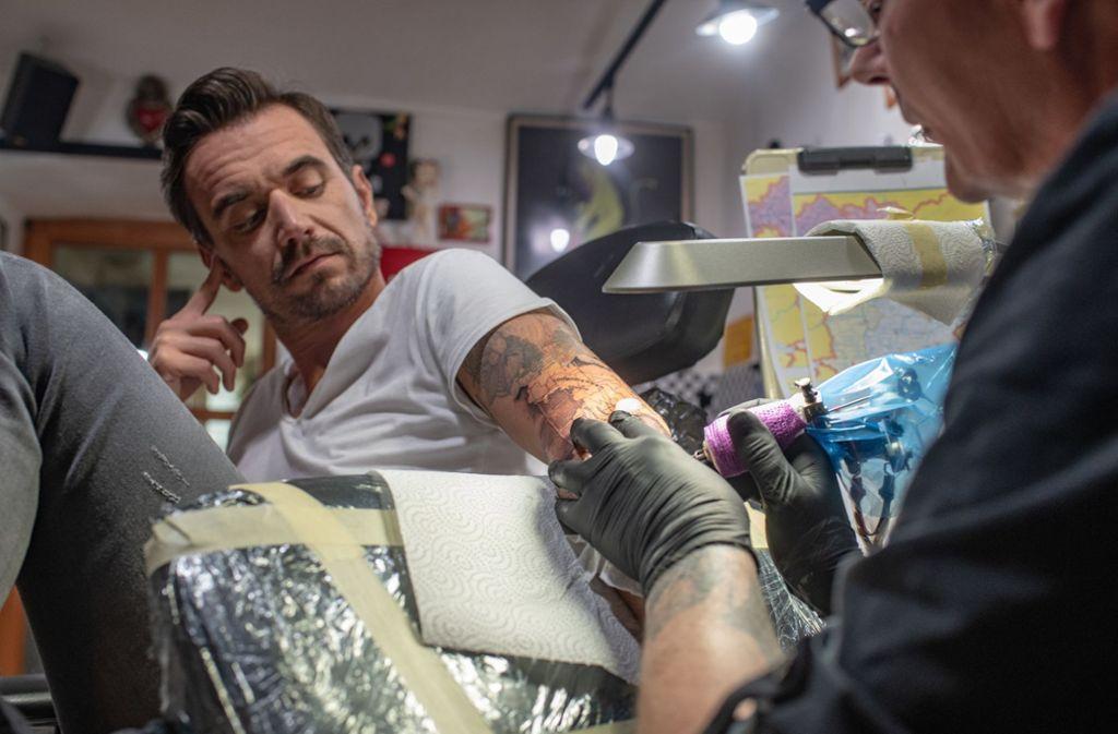 Florian Silbereisen lässt sich einen Kompass auf den Arm tattowieren. Foto: dpa