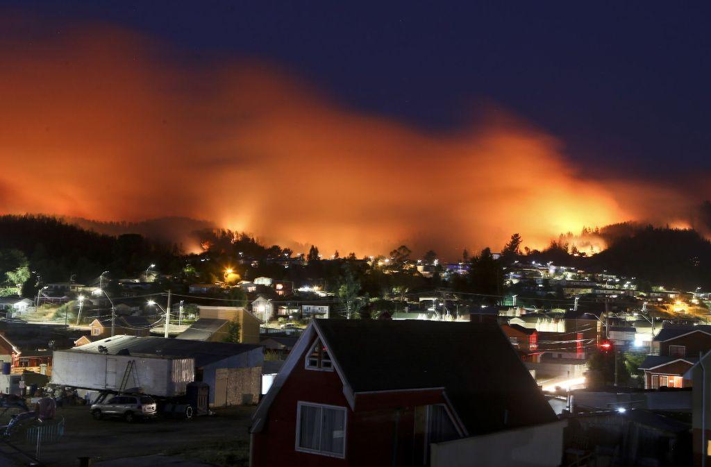 Noch immer bedrohen die Waldbrände in Chile Städte und Bewohner. Einige Feuer sind mittlerweile unter Kontrolle. Foto: AP