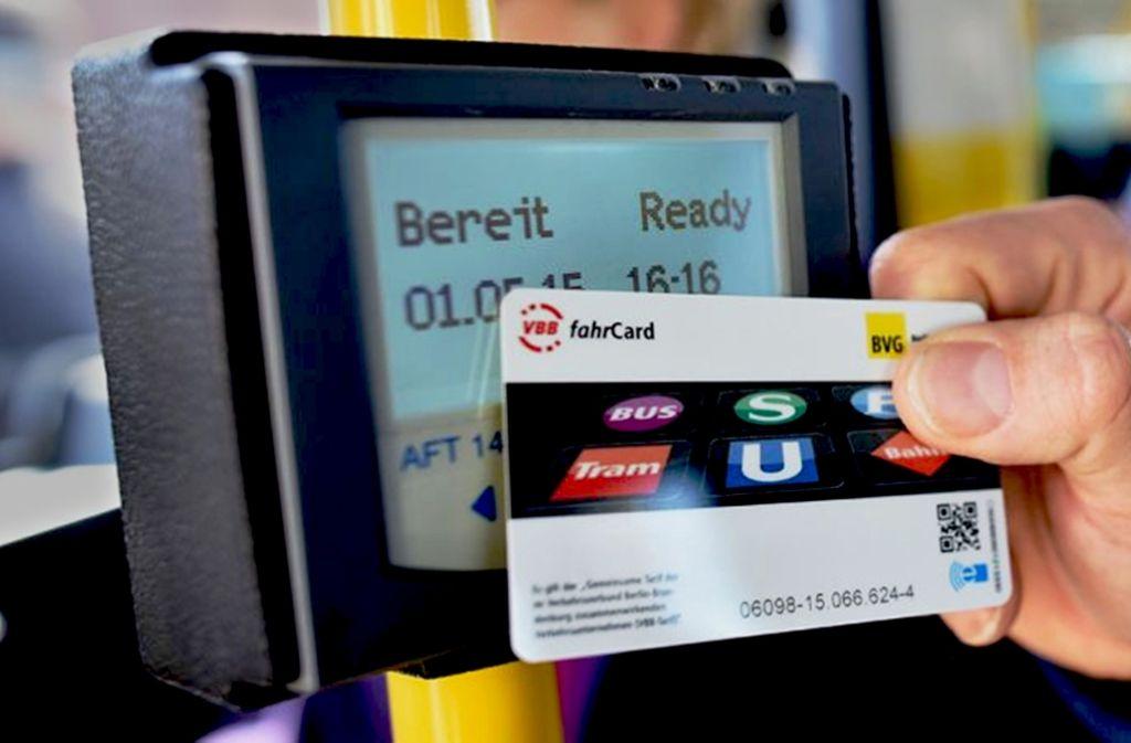 """Umstrittene Chipkarte: Die """"Fahrcard"""" der BVG stößt bei Datenschützern auf Kritik. Foto: BVG/Oliver Lang"""