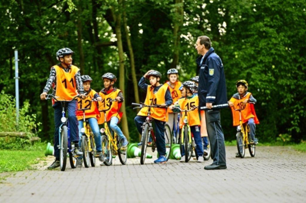 Mit geliehenen Rädern und Helmen drehen die Kinder ihre Runden auf der Übungsanlage in Hofen. Foto: Lichtgut/Volker Hoschek