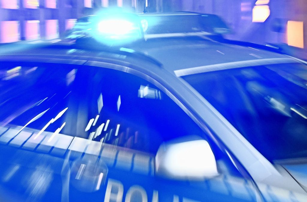Ein Streifenwagen der Polizei war zum Tatzeitpunkt zufällig am Friedhof. Foto: dpa/Carsten Rehder