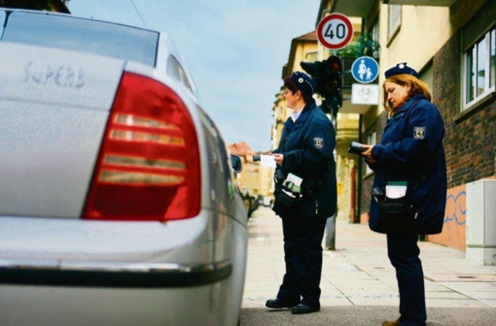 Wer mit gelber Plakette am Straßenrand parkt, muss seit Anfang April mit einem Strafzettel rechnen. Foto: Rudel/Regenscheit