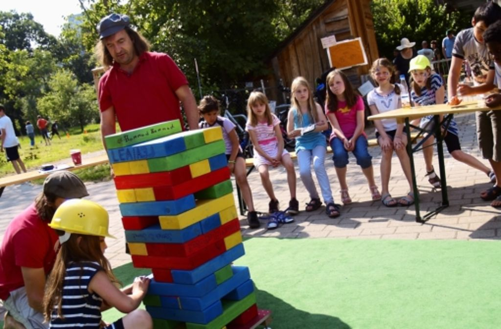 Beim 12. Lauchfest konnten sich die Kleinen darin üben, Türme aus bunten Holzklötzen zu bauen – freilich nur mit Schutzhelmen. Foto: Rüdiger Ott