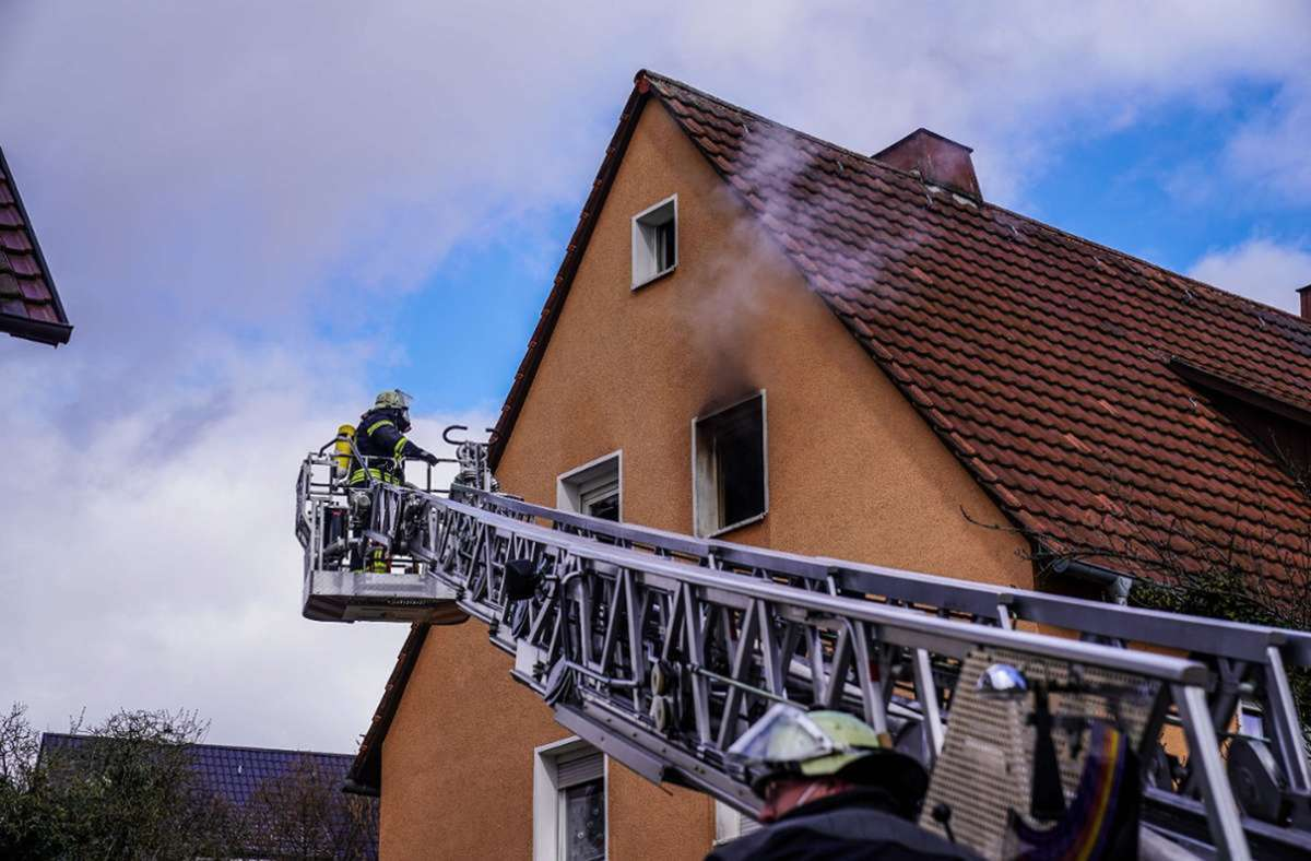 Am Sonntagvormittag löste laut Polizei ein Rauchmelder in einem Mehrfamilienhaus in Altbach Alarm aus. Ein 32-jähriger Bewohner wurde am Montag dem Haftrichter vorgeführt. Foto: SDMG