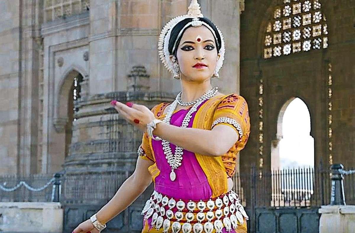 Die klassische indische Tänzerin Mitali Varadkar erzählt vor dem Gateway of India in Mumbai davon, wie das Leben in der  Coronakrise innehält. Foto: Kiframe Media