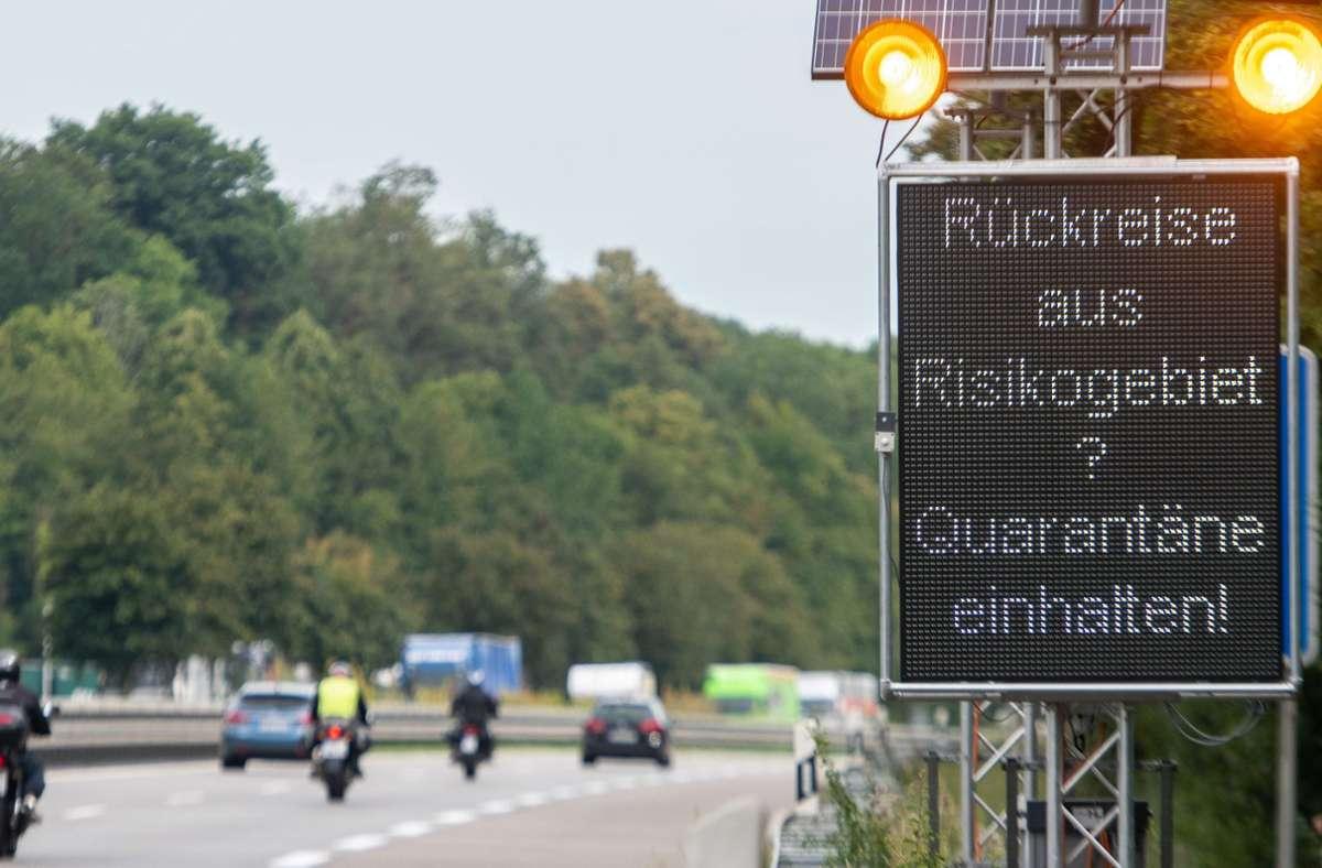 Rückreise aus einem Risikogebiet? Reisende werden durch ein Schild an der Autobahn auf die Quarantäne hingewiesen. Foto: dpa/Stefan Puchner