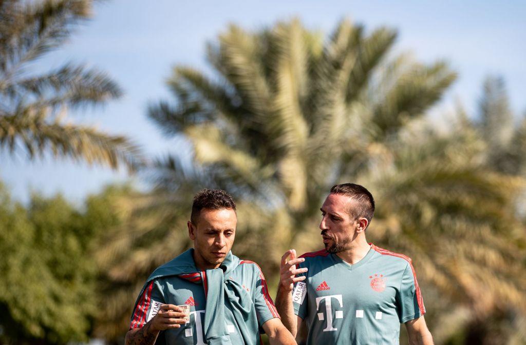 Trainingslager der Bayern in Doha: Franck Ribéry im Gespräch mit Rafinha. Foto: Bongarts