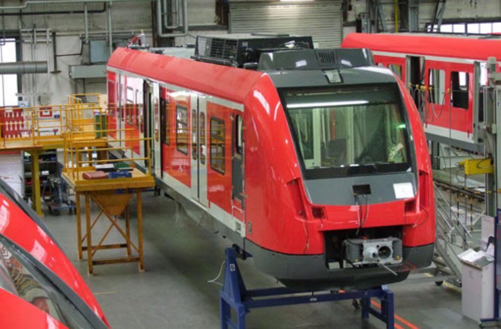 Bei dem aus 160.000 Teilen bestehenden S-Bahn-Puzzle müssen auch erfahrene Eisenbahnbauer mal in den Bauplan schauen. Fertig montiert präsentiert sich der ET 430 innen hell und freundlich und von vorn recht windschnittig und modern. Foto: Schulz-Braunschmidt