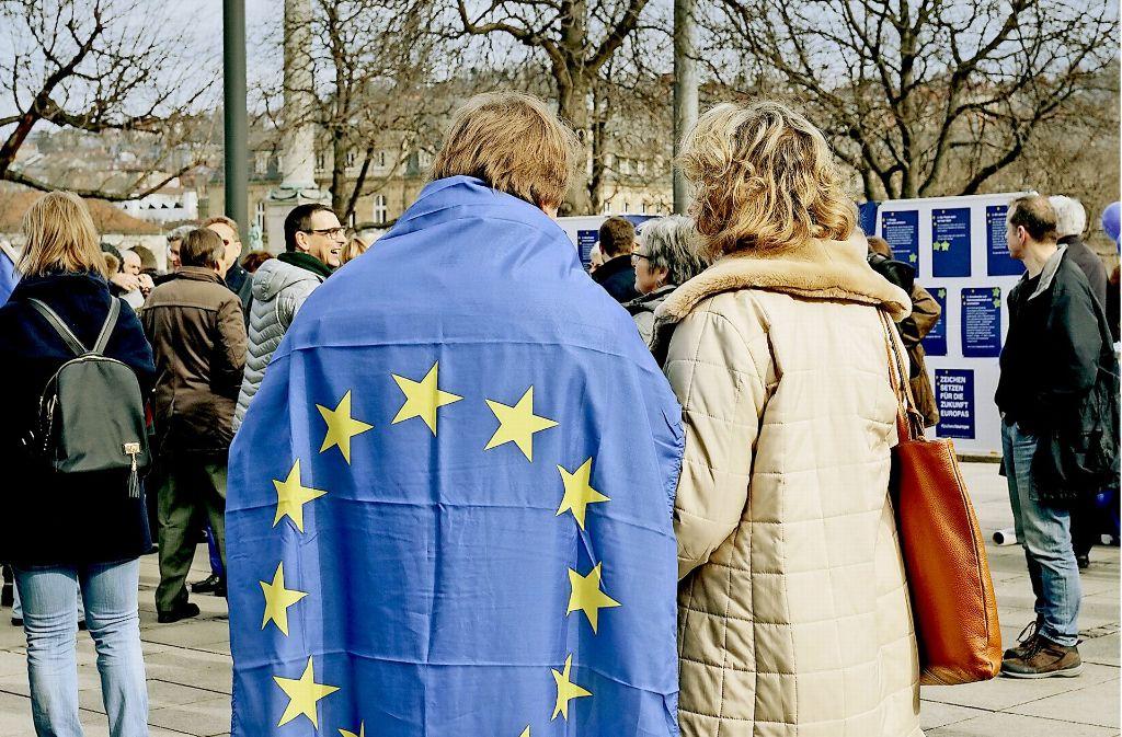 Der Stuttgarter Schlossplatz   wird dominiert von den Farben der Europaflagge:  Zu der ersten Demo von Pulse of Europe am 26. Februar  kamen 250 Menschen. Foto: Lichtgut/Verena Ecker
