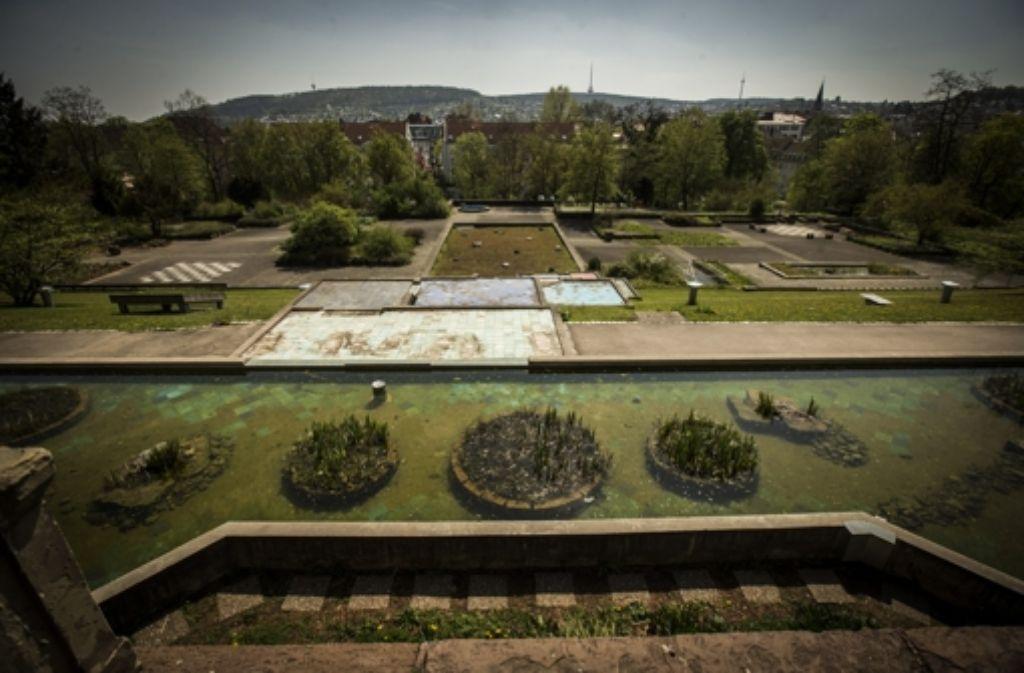 Dieser Blick bietet sich, wenn man von der südlichen Fassade der Villa nach unten schaut: Die hässliche Fläche verunstaltet den Park. Foto: Achim Zweygarth