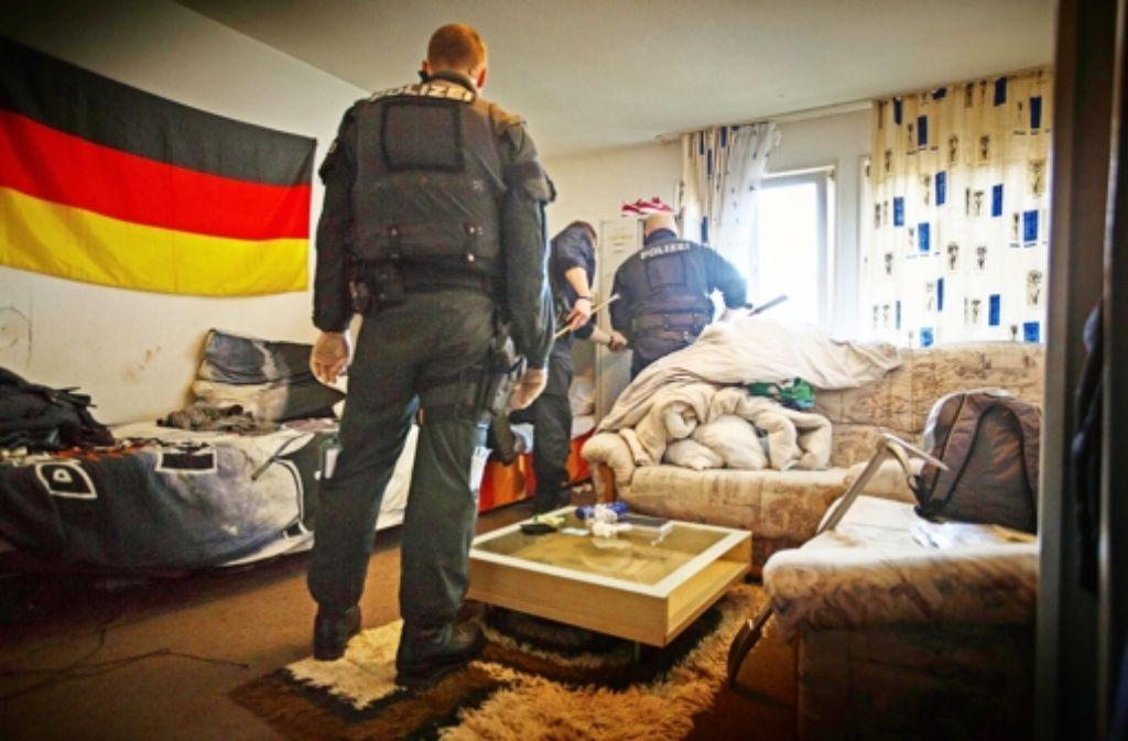 Polizisten haben bei der Razzia am Dienstagmorgen insgesamt 25 Zimmer im Asylbewerberheim durchsucht. Foto: Gottfried Stoppel
