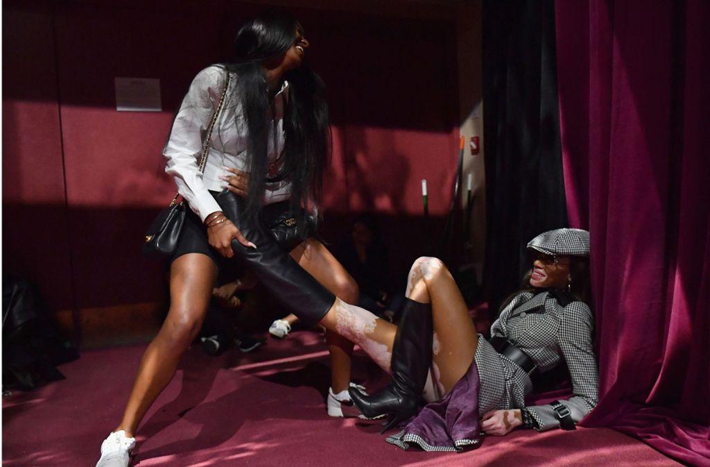 Model Winnie Harlow kam nicht ohne fremde Hilfe aus ihren Stiefeln heraus. Foto: AFP