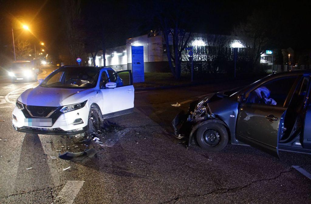 Beim Zusammenstoß der beiden Fahrzeuge wurden drei Menschen schwer verletzt. Foto: SDMG/Hemmann