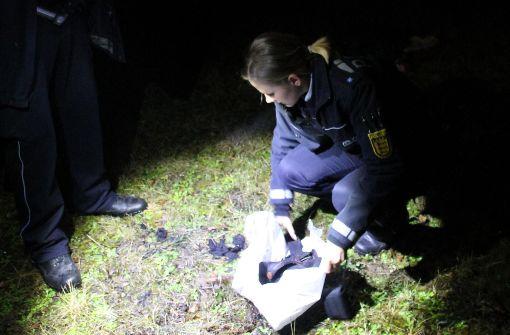 Eine Polizistin sichert die Reste von verbrannten Textilien in der Sickstraße. Foto: 7aktuell.de/Jens Pusch